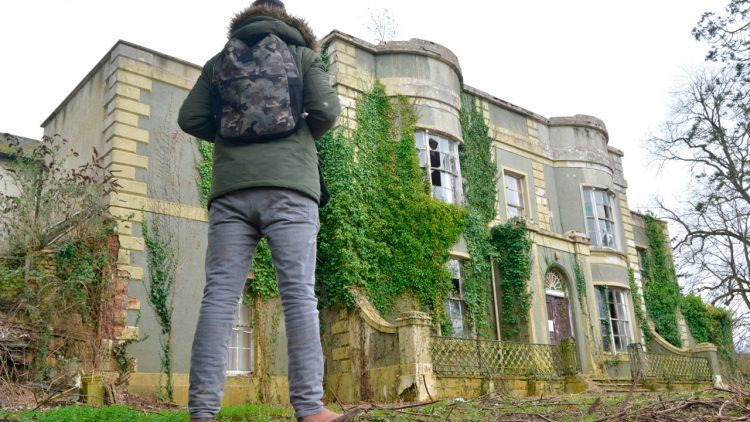 Explorers discover massive abandoned mansion filled with relics!